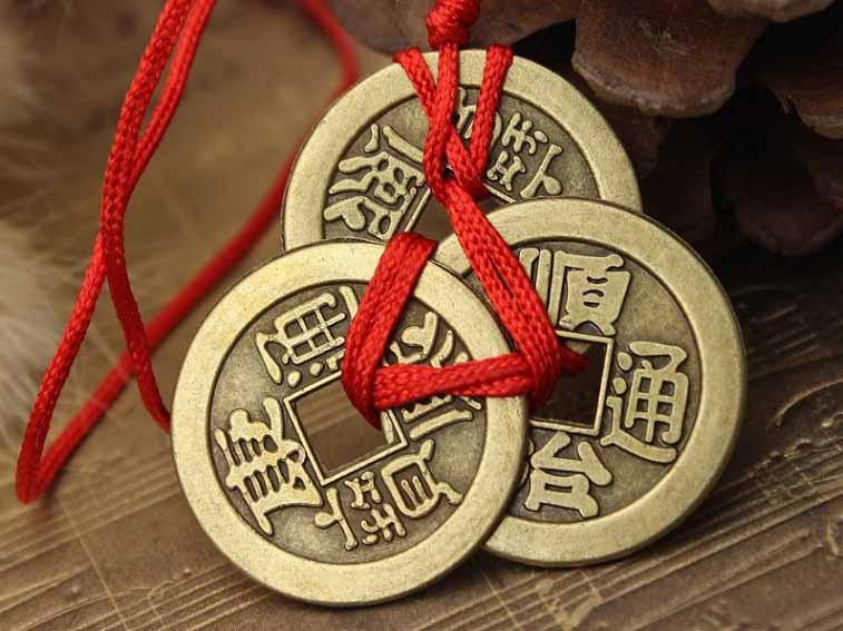 Три китайкские монетки, связанные между собой.